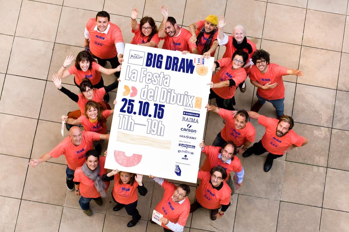 Els talleriastes poden amb el cartell oficial del Big Draw 2015 durant la presentació del festival. Museu Picasso.